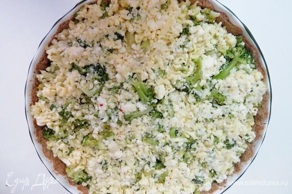 Выложить начинку на корж. Запекать в разогретой до 180°C духовке 25–30 минут до румяности.