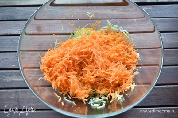 В кабачок добавить натертую на мелкой терке морковь.