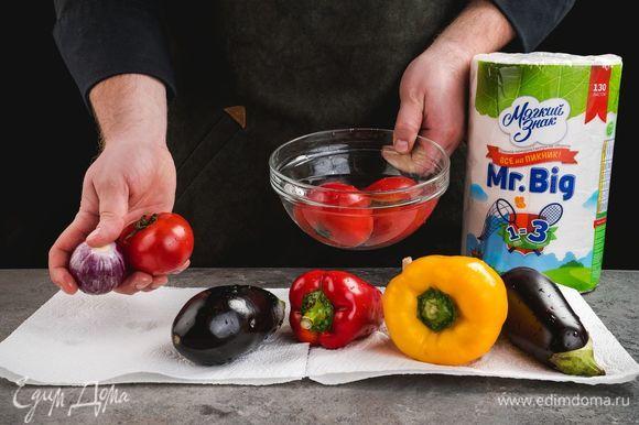 Овощи промойте и тщательно обсушите бумажными полотенцами ТМ «Мягкий знак».
