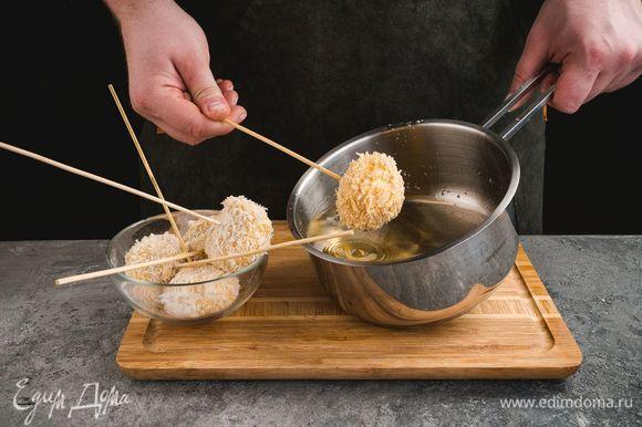 В кастрюле разогрейте растительное масло. Опустите грибы в кипящее масло и жарьте до золотистой корочки.