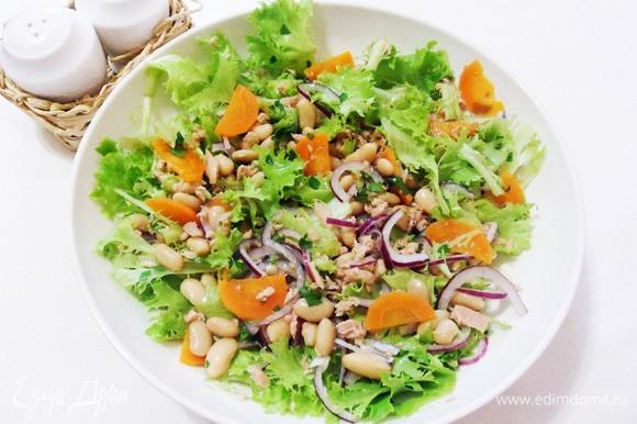 Салат с белой фасолью и тунцом готов.