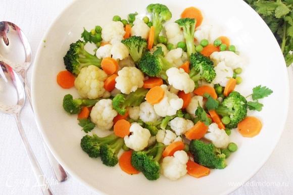 Гарнир можно выбрать по своему вкусу. У меня отварная смесь замороженных овощей, заправленная оливковым маслом.