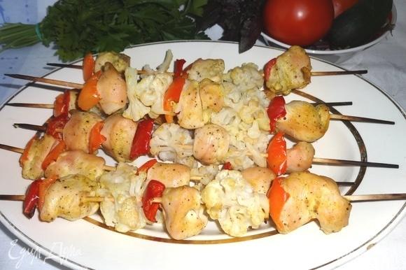 Готовые шашлыки достать из духовки, выложить на блюдо. Подавать со свежими овощами и зеленью. Угощайтесь! Приятного аппетита!