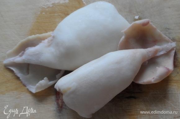 Кальмары помыть, освободить от пленки, хребтов по бокам (они такие прозрачные, как пластиковые). Опустить в кипящую подсоленную воду и варить 1 минуту. Остудить. Нарезать 1 кальмара кубиком — он пойдет в салат. А двух других возьмем для украшения. Нужно надрезать тельце на полоски.