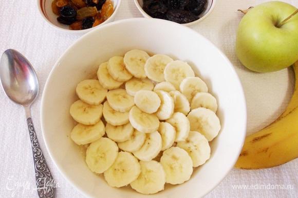 Затем сверху на овсянку выложить нарезанный тонкими кружочками банан.