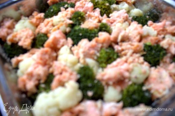 Распотрошить или нарезать рыбу на кусочки, поместить между соцветиями капусты.