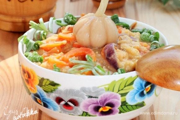 Перекладываем чечевицу с овощами в теплое блюдо для салата, посыпаем зеленью и подаем. Подавать блюдо не горячим, но теплым, с листьями зеленого салата или молодым шпинатом. Приятного аппетита!