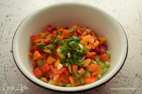 Добавить нарезанный лук и нарезанный кубиками перец.