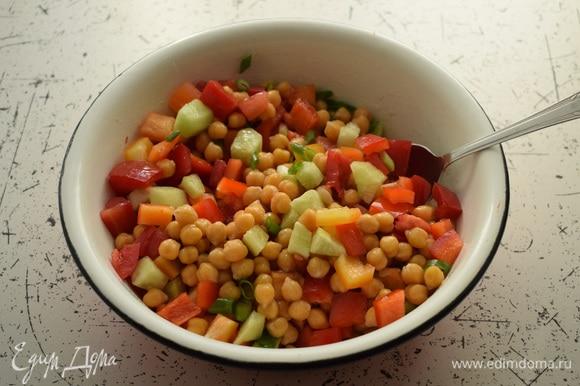 Овощи смешать с нутом в большой миске.
