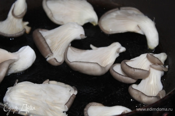 На растительном масле обжарить вешенки в толстостенной сковороде.