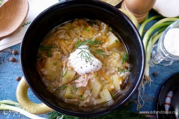 Подавать рисовый суп с молодой капустой со сметаной, зеленью и свежим хлебом. Приятного аппетита!