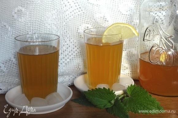 Охлажденный яблочный чай с мятой готов. Разлить напиток по стаканам. Подавать со льдом. Угощайтесь! Приятного аппетита!