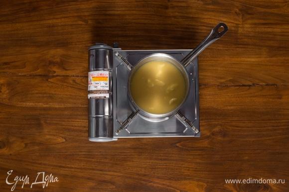 Делаем быстрое тесто на форму диаметром 22–24 см. 200 мл молока подогрейте до 40–50°C. Растопите 180 г сливочного масла.