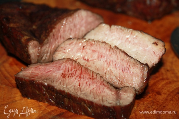 Здесь на фото стейки из мраморной говядины в разрезе — они жирнее и сочнее, соответственно. Выбирайте на свой вкус, готовьте и угощайтесь с удовольствием! Прекрасных всем пикников!