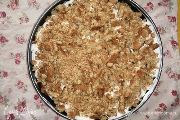 Тортик отправляем на сутки в холодильник для пропитки. На вкус торт напоминает мягкое пирожное «Медовик» в баночках (кто пробовал, должен понять, о чем речь). И еще бонус для тех, кто на диете: если не добавить в крем сахар и масло (в принципе, ничего не изменится — бананы и печенье сладкие и так), то получаем вот такое соотношение КБЖУ на 100 г готового торта: белки — 48,7, жиры — 6, углеводы — 34,5, ккал — 220,8. Получаем низкокалорийный и высокобелковый десерт. Приятного аппетита!