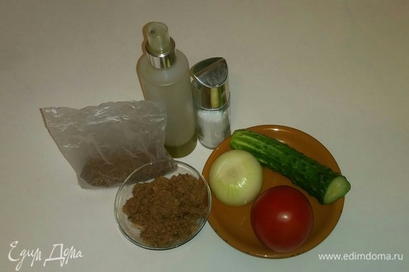 Подготовим необходимые ингредиенты. Для салата я использую консервированного тунца в собственном соку, но сок из баночки нужно слить (он не понадобится).