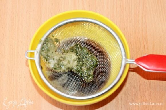 Процедите полученное пюре через сито, чтобы отфильтровать кусочки зелени.