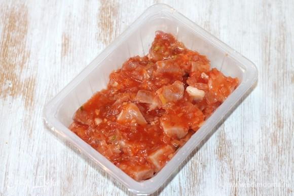Нарезанные куски свинины заливаем приготовленным соусом и перемешиваем. Миску с шашлыком закрываем пленкой и ставим мариноваться на 8–12 часов в холодильник.