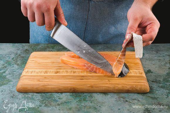Снимите кожу со стейков.
