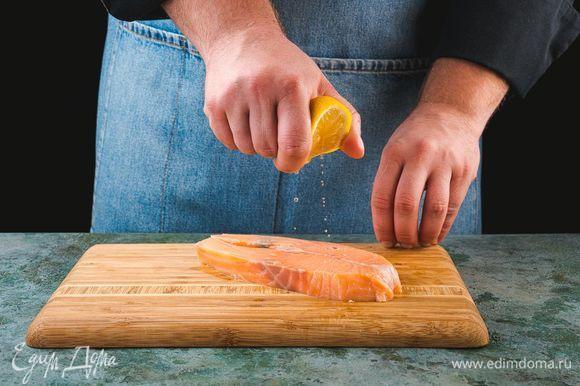 Смажьте стейки лимонным соком и оставьте мариноваться на 10 минут.