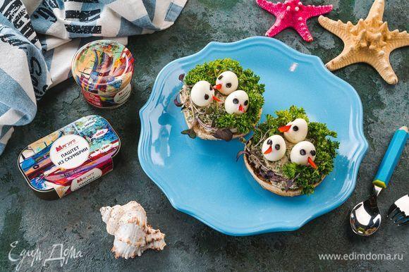 Выложите булочки на тарелку, украшенную зеленью. Очаровательные «птенцы» не оставят равнодушным вашего ребенка!