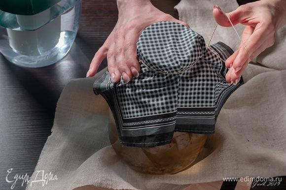 Накройте чистой тканью и оправьте в темное место на 24 часа.