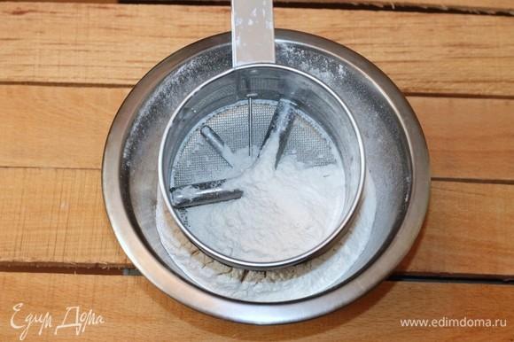 Просеиваем муку и заливаем горячей масляной смесью.