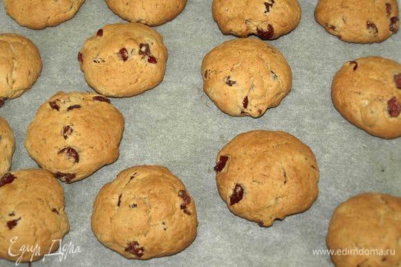 Достаем готовое печенье. Даем постоять 10–15 минут.