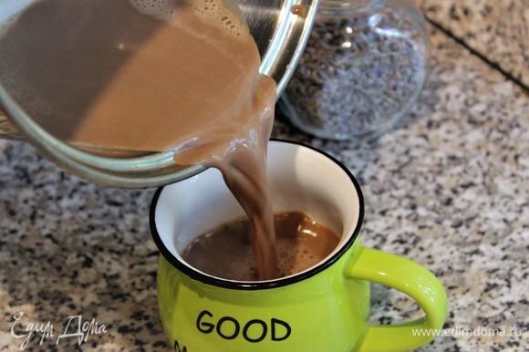 Шоколадно-лавандовый напиток готов.