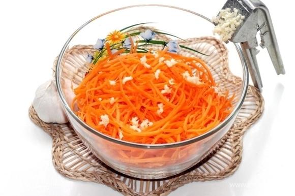 Зубчики чеснока очистить и спрессованными добавить к моркови. Растительное масло нагреть в небольшой емкости и в раскаленном виде вылить сверху на чеснок, перемешать. И в конце готовки добавляем лимонный сок.