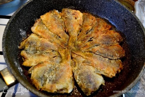 Обжариваем с другой стороны рыбу до золотистого цвета и выкладываем на тарелку.