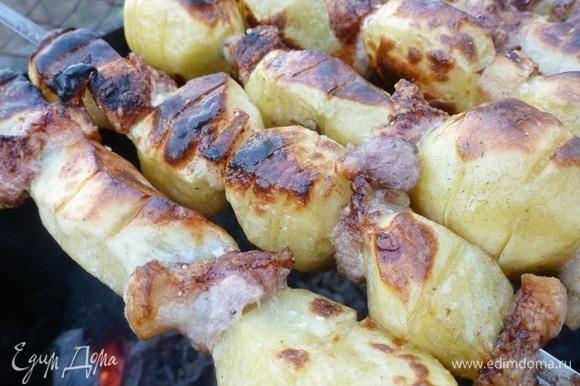 Картофелины почистить от шкурки (удобнее взять одинакового размера, чтобы пропекались одновременно). Грудинку (сало с мясными прослойками) нарезать на кусочки толщиной 3–4 мм, по размеру чтобы не сильно выдавались за размеры картофеля. У меня сырая грудинка, которую я слегка подморозила, чтобы было удобнее нарезать. Думаю, подойдет и соленое сало, правда, я не пробовала. Молодая картошка идеально подходит для такого шашлыка, только ее не надо чистить, а нужно хорошо помыть щеткой. Надеть на шампур поочередно картофелину и кусочек грудинки. Каждую картофелину прямо на шампуре несколько раз (4–5) надрезать ножом с двух сторон. Шампур не даст прорезать ее насквозь. Такие манипуляции способствуют лучшему и быстрому пропеканию. Сбрызнуть картофельный шашлык растительным маслом. Смешать соль и черный перец, от души посыпать картошку с грудинкой. Жарить шашлык из картофеля с салом на углях, пока картошка не станет золотистой и мягкой.