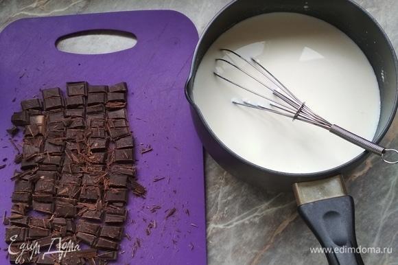 Молоко наливаем в кастрюлю, добавляем сахар и муку. Включаем конфорку. Мешаем.