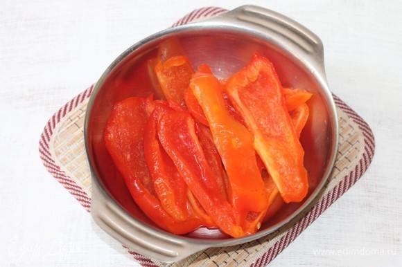 Болгарский перец заранее очистить от семян, положить в морозилку на ночь, а перед готовкой разморозить и нарезать полосками. Перец должен быть мягкий.