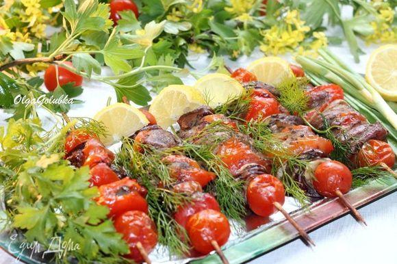 Такой шашлык можно взять с собой на пикник и готовить на мангале. Получился очень вкусный, мягкий, сочный и ароматный шашлык из куриной печени. К шашлыку подаем овощи, зелень и обязательно кетчуп.