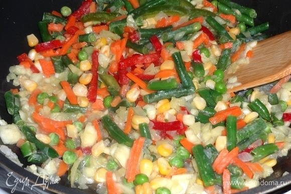 В сковороду добавить овощи. У меня замороженная смесь овощей, состоящая из кукурузы, горошка, стручковой фасоли, моркови, сладкого перца. Смесь размораживать не нужно.