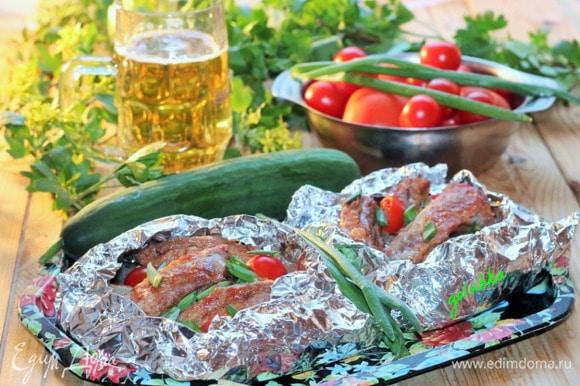 Получились вот такие румяные ребрышки. Подаем конвертики со свежими овощами и томатным кетчупом.