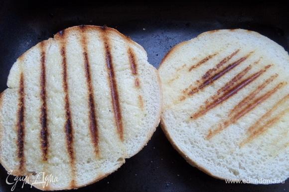 Готовую булочку для бургеров сбрызнуть маслом и обжарить на гриле с двух сторон. Если нет булочек, берем хлеб тостерный и тоже жарим на гриле.