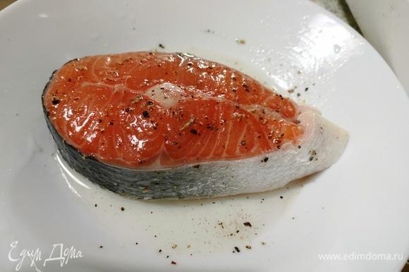 Очень хорошо промазываем сочный кусочек рыбы.