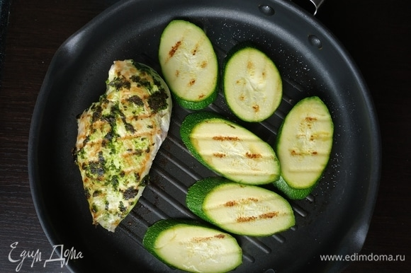 Разогреть гриль, жарить курицу и нарезанный слайсами цукини по 5–7 минут с каждой стороны.