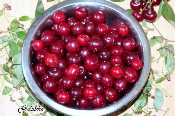 2 стакана черешни (или 1,5 ст. вишни) перебрать и промыть. Удалить косточки и выжать сок.