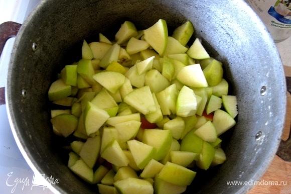 Нарезаем яблочки, приправляем специями, добавляем апельсин.