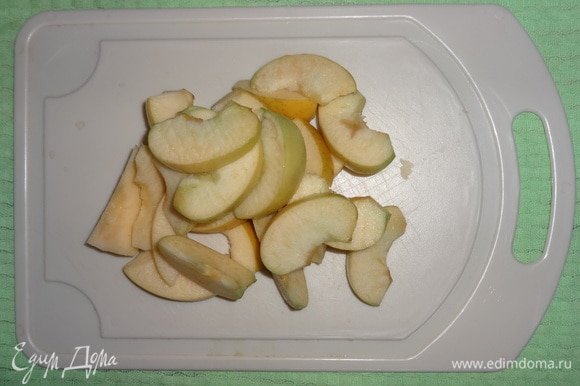 Пока варится боярышник, яблоки вымыть, очистить от семян, нарезать дольками.
