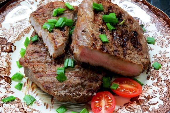 Подаем мясо сразу горячим, хотя и в холодным виде мы его очень любим, вкус замечательный. При подаче очень вкусно посыпать перьями зеленого лука. Приятного аппетита!