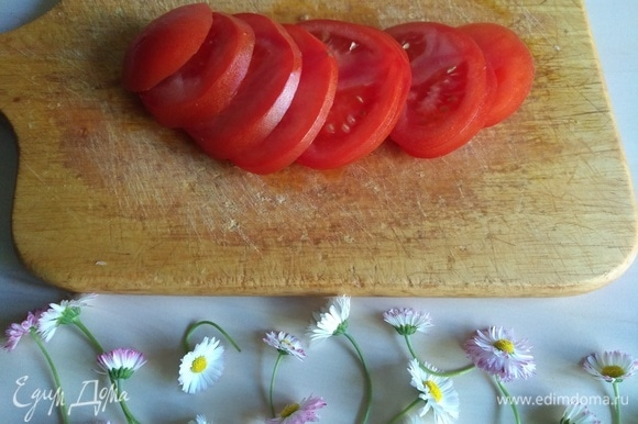 Тонко нарежем помидор.