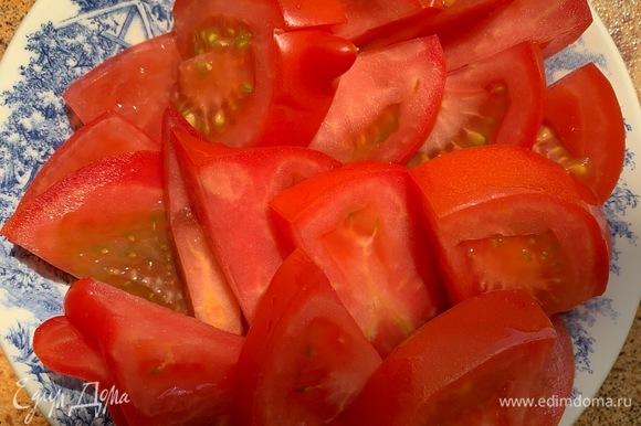 Нарезаю помидор.