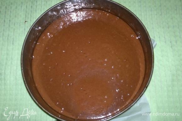 Дно разъемной формы застелить пекарской бумагой. Вылить тесто. Поставить в духовку, разогретую до 180°C, на 30–35 мин. Готовый корж достать из формы, остудить на решетке.