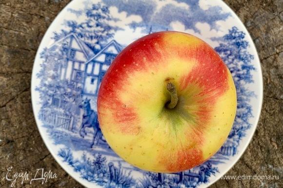 Нарезать тонкими дольками яблоко.