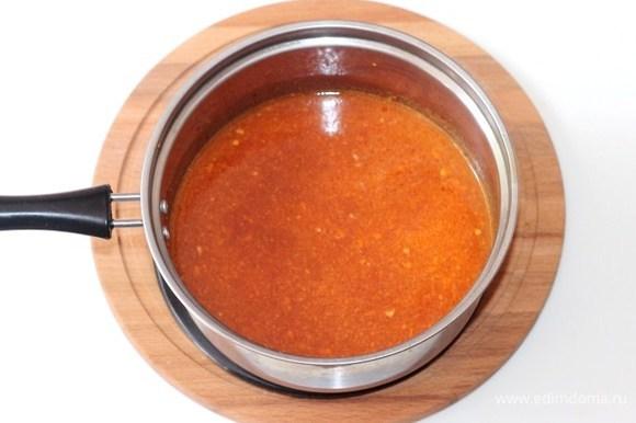 В одном стакане воды размешиваем томатную пасту и выливаем в сотейник. Добавляем щепотку сахара и соль. Доводим соус на медленном огне до кипения.