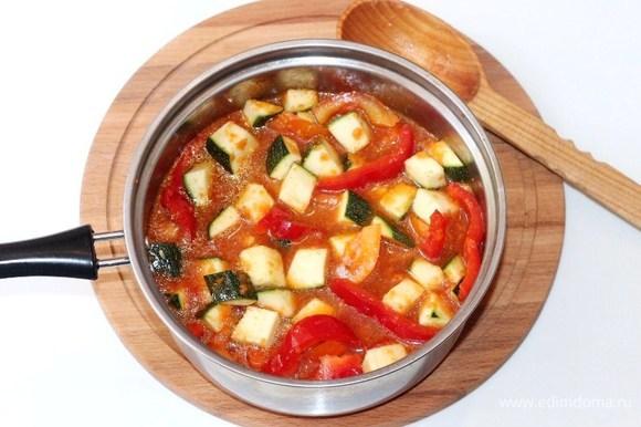 Выкладываем овощи в соус, перемешиваем. Накрываем сотейник крышкой и оставляем тушиться овощи примерно 45 минут на медленном огне, временами помешивая. За 5 минут до готовности добавляем лавровый лист. После приготовления лавровый лист удаляем.